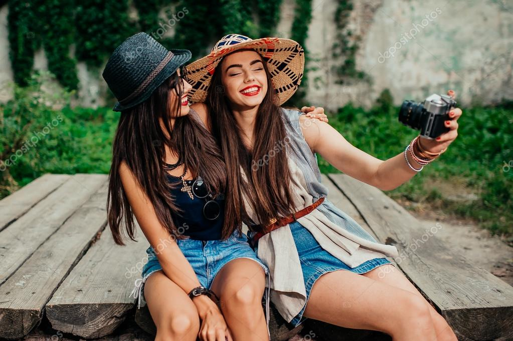 Chicas Lindas Teniendo Selfie Fotos De Stock Photolife