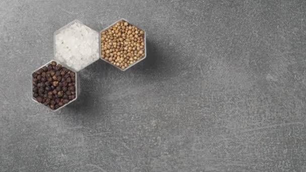Gewürze in sechseckigen Gläsern auf einer Steinoberfläche. Stop-Motion-Animation