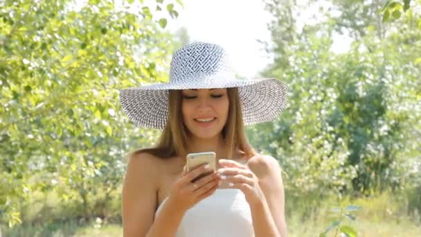 lány pózol egy kalap szabadban