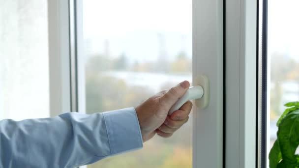 Hand of a Man Opening in Swing Mode Okno z kanceláře