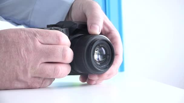 Fotograf in einer Fotosession stellt den Kamerafokus für ein Foto ein