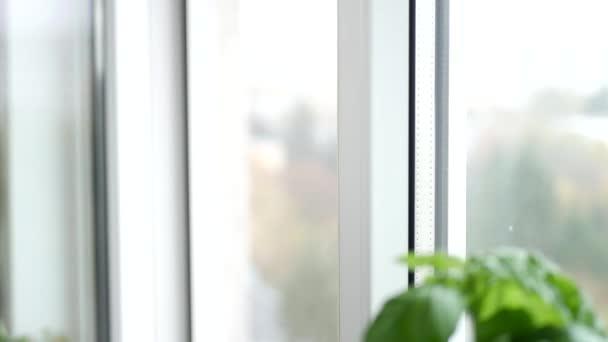 Ruka muže, který zavírá okno z kanceláře