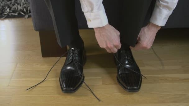 man that ties shoelaces