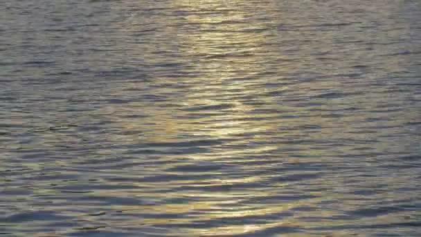 slunce a obloha projeví na povrchu vody