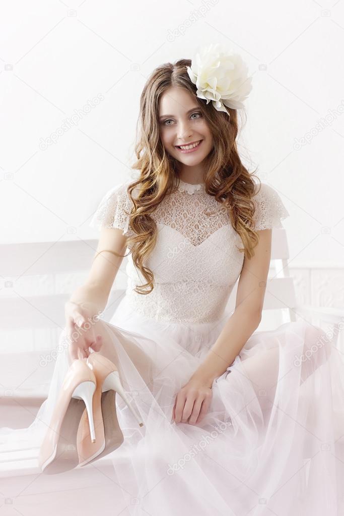 Witte Cocktailjurk.Meisje In Witte Jurk En Met Witte Bloemen In Het Haar Stockfoto