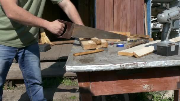 Tesař, řezání dřevěné prkno s ocasku