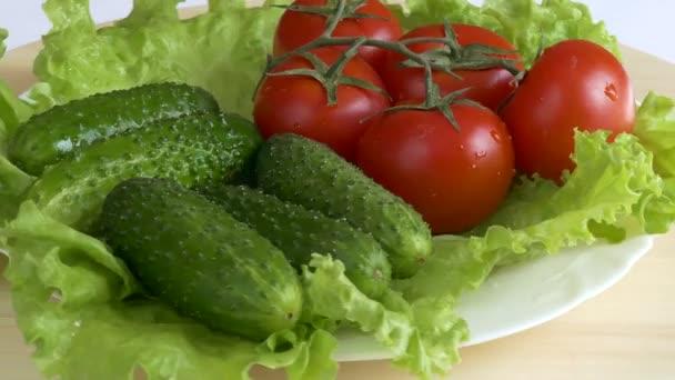 Čerstvý salát s rajčaty a okurkou