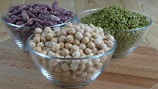 Glasschalen mit Kichererbsen, Mungbohnen und roten Bohnen