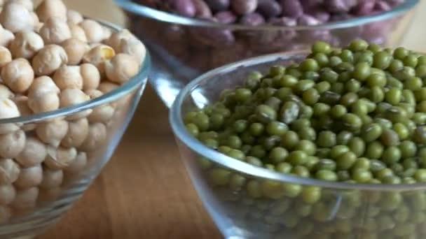 Glasschalen von Kichererbsen, Mungbohnen und rote Bohnen hautnah