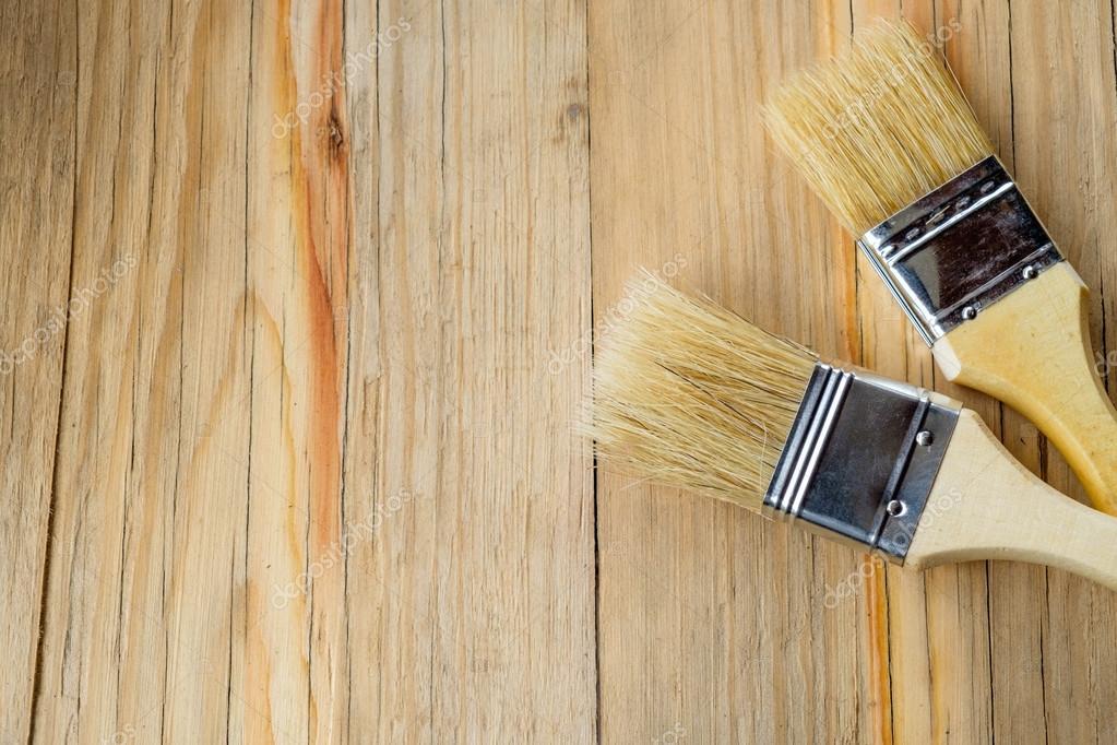 Pennelli per dipingere su un tavolo in legno u foto stock