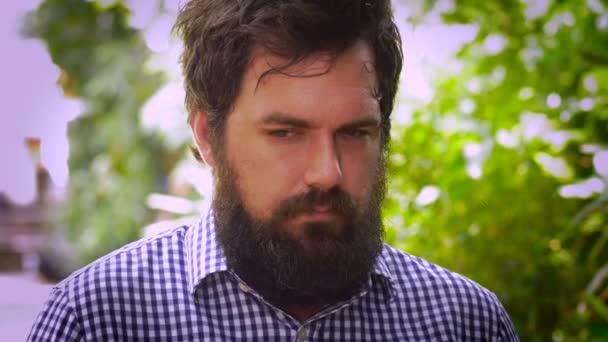 Sétál egy szakállas férfi mutatja, félelem, paranoia és a szorongás, mint egy ember portréja
