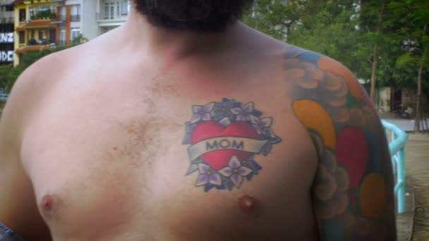 Retrato De Un Hombre Barbudo Con Un Pecho Desnudo Y Un Tatuaje De La