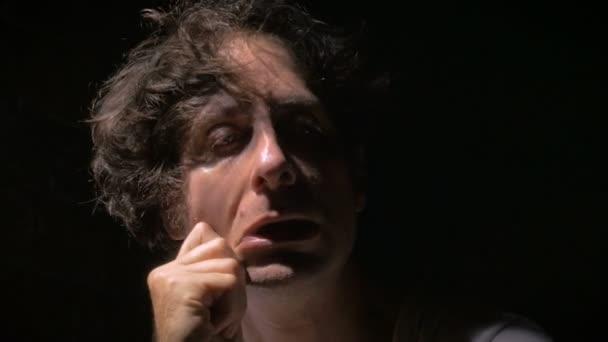 Egy férfi a kábítószer visszavonása jeleit mutatja, vagy mentális betegségben