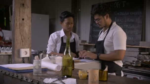 Rack-Fokus eines Chefs im Gespräch mit seinem Sous-Chef in einem rustikalen restaurant
