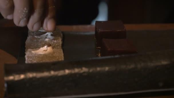 Zblízka střílel dolly ruky použití postřikovačů na dezert
