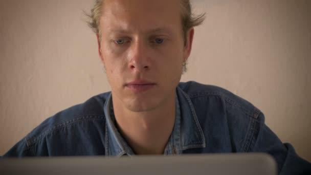 muž koncentráty a typy při pohledu na počítači