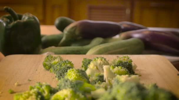 Čerstvé řezané zelenina s brokolicí na řezací deska dolly tlačit ven