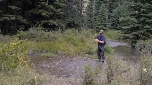 A halász orsók egy hal a legyező rúd a folyón a vadonban egész