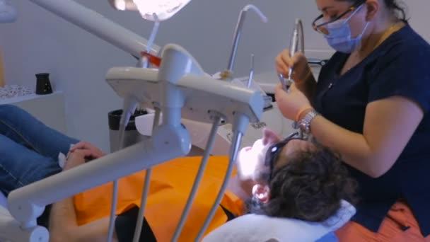 Muž s zubní práce, kterou mexické zubař v Mexiku