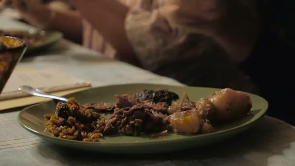 Egy ember, egy tányér-ból eszik közelről