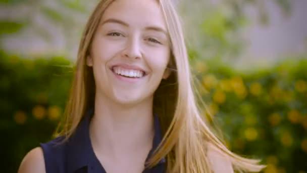 Portrét krásné mladé ženy s úsměvem a zvednutý palec