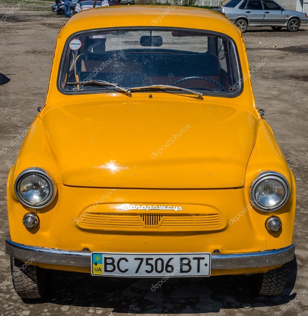ancienne marque vintage petite voiture jaune zaporozhets zaz sur le salon de l 39 auto r tro. Black Bedroom Furniture Sets. Home Design Ideas