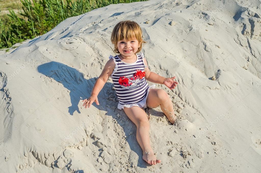 Мало мила дівчина дитини дитини грати в піску в футболку fd147d55d82ea