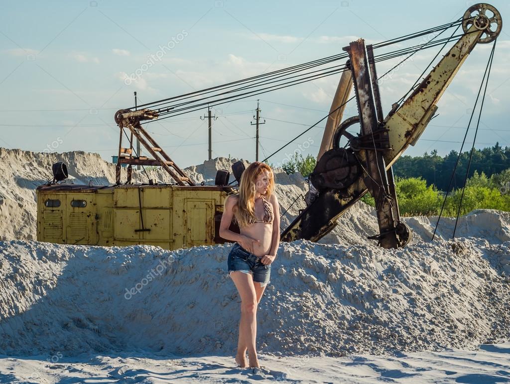 Genç çekici Kız Kısa Denim şort Ve Bikini Mayo Uzun Saçlı Kum