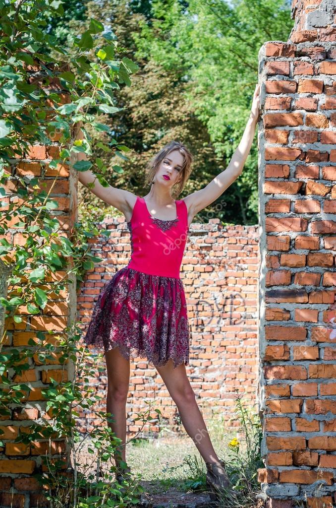Девушка на руинах в красных