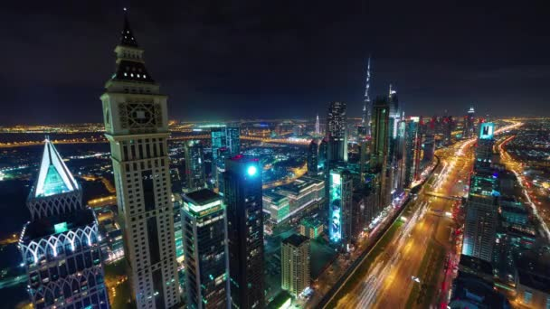 Éjszakai megvilágítás dubai városi forgalom road tető felső panoráma 4 k idő megszűnni, Egyesült Arab Emírségek