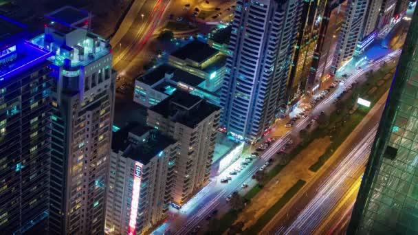 Dubaji noční osvětlení hlavní dopravní silniční střešní pohled shora 4k tim uplynout, Spojené arabské emiráty