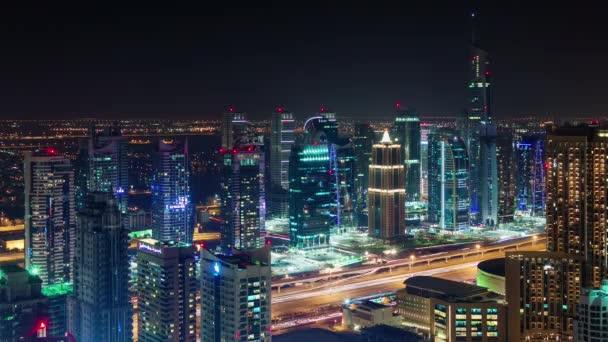 Dubai marina fő közlekedési úton éjszaka könnyű tető felső panoráma 4 k idő telik el, Egyesült arab Emírségek