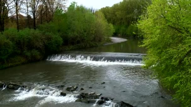 Turín řeka Po, která křižuje město s vodopády