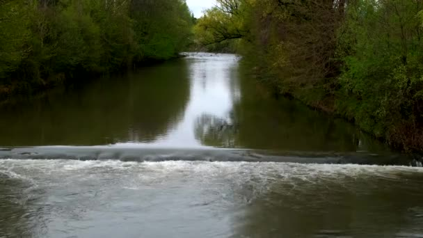 Turiner Po, der die Stadt mit Wasserfällen durchquert
