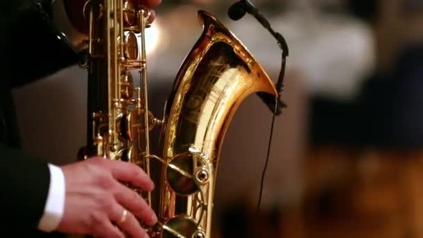 Szaxofon játszik közelről.