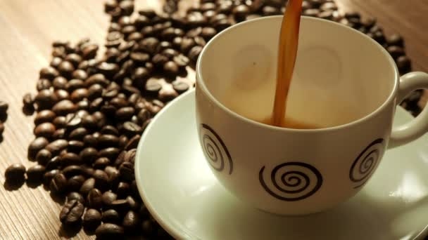 Černá káva v šálku pozadí kávová zrna