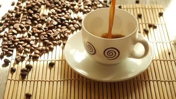 Černá káva v kávová zrna pozadí bílý hrnek