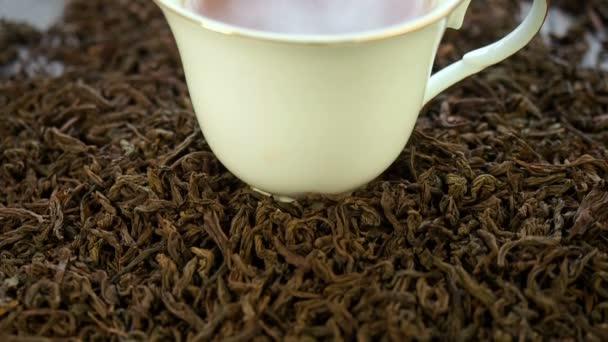 horký čaj v porcelánové hrneky
