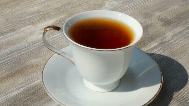 Fehér csésze forró fekete tea