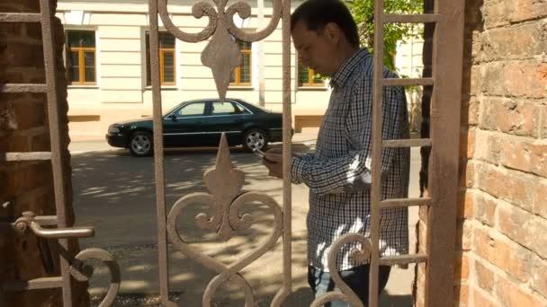 Smartphone-Mann fordert Handy in Stadt.
