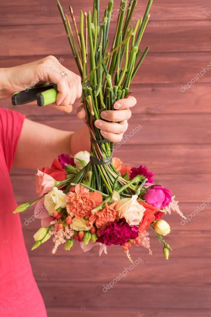 Girl florist making a wedding bouquet — Stock Photo ...