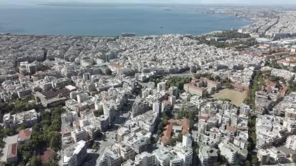 Soluň, Řecko Letecký dron krajina hlavní městské oblasti. Den top panorama hustě osídleného evropského města s obytnými bloky bytů táhnoucích se u moře v Termickém zálivu.