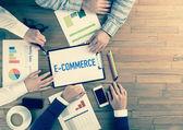 Fotografie Business-Team am Tisch sitzt
