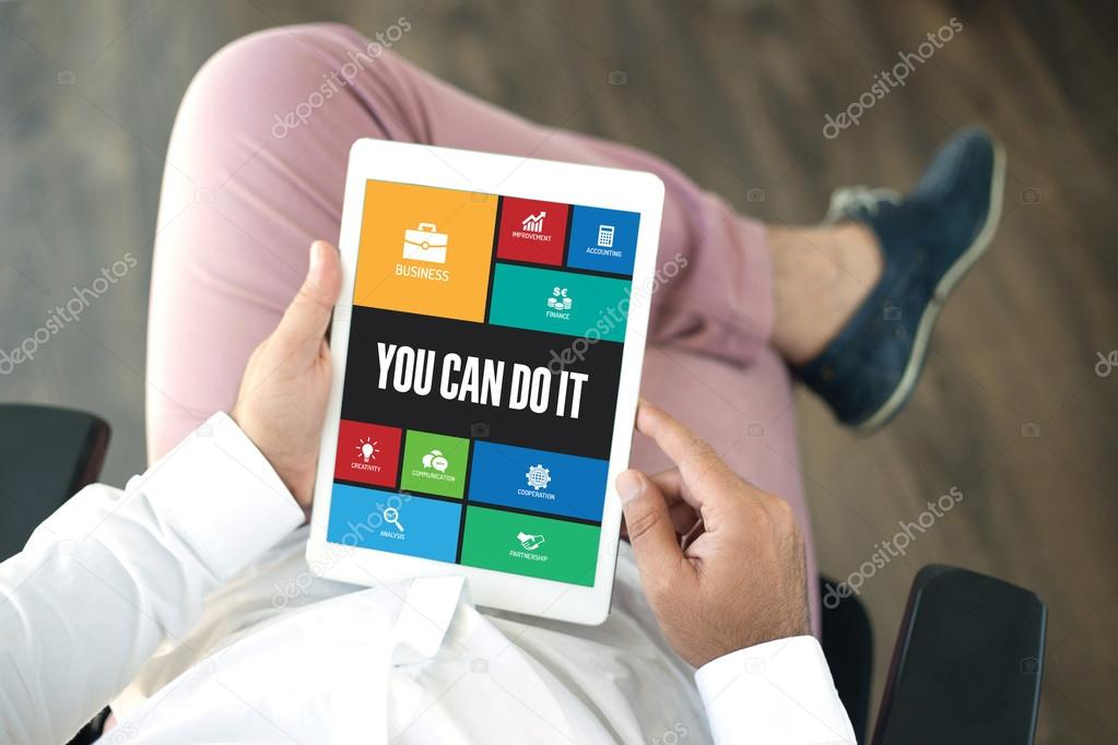 Personnes qui utilisent des tablet pc dans le bureau