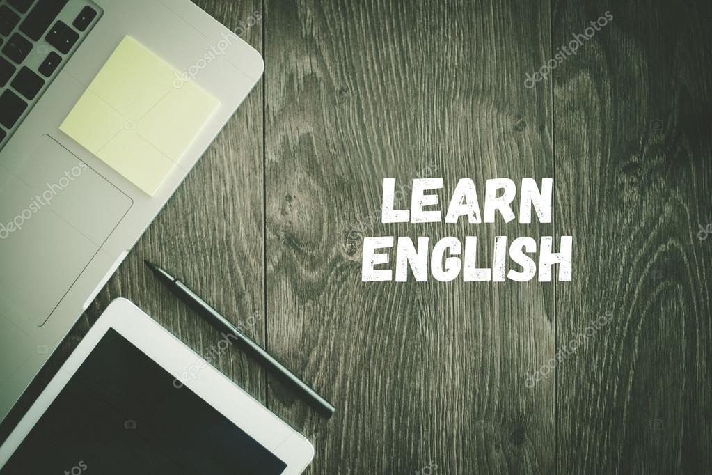 Apprendre un texte anglais sur le bureau u2014 photographie garagestock