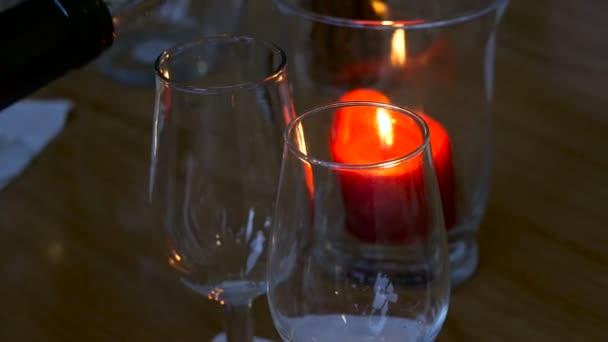 Bílé víno se nalije do sklenice