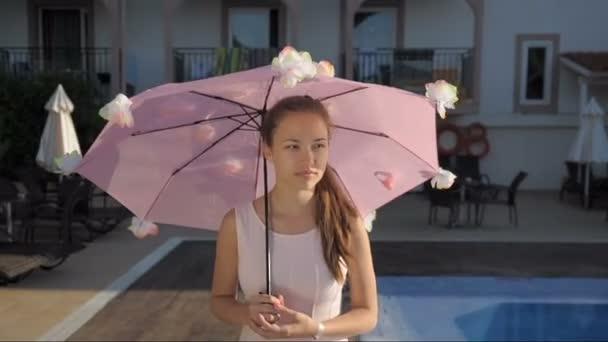 junges Mädchen läuft unter einem Regenschirm