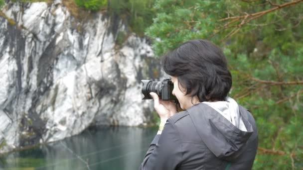 Egy nő fényképek a gyönyörű táj, a Karelia
