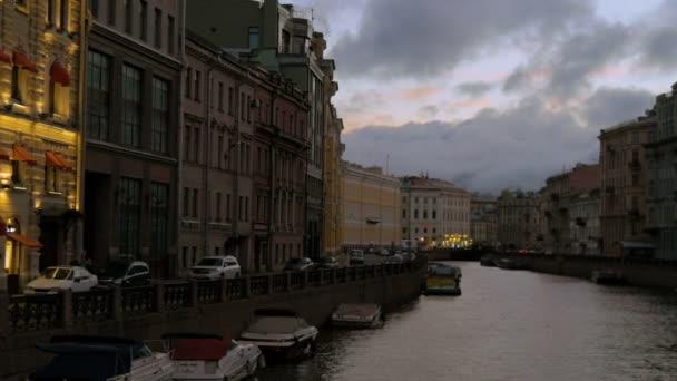St. Petersburg, Rusko - 9 července 2016: Pohled z řeky Moika, od Nevského prospektu, brzy ráno.