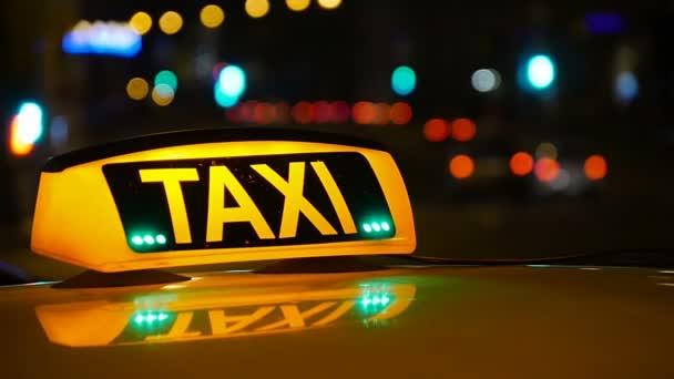 Taxi jízdy s motion blur a město světel.